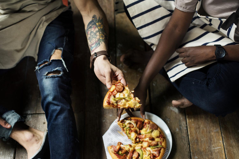 Par der spiser pizza