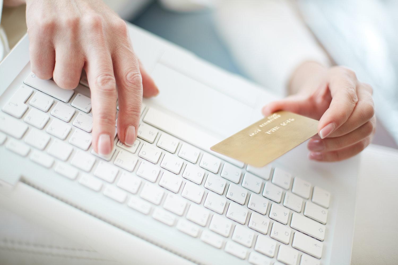 En person der køber online