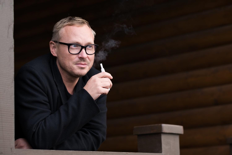 Mand der ryger e-cigaret