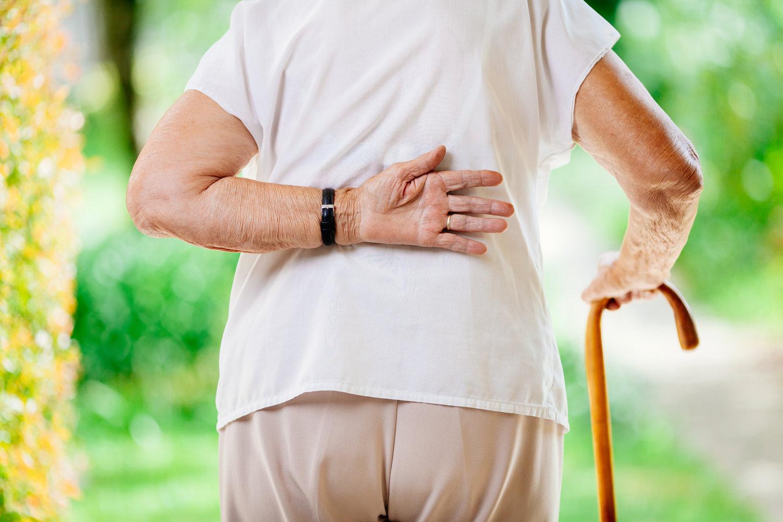 Ældre kvinde med rygsmerter